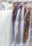 瀑布通过在怀特河秋天的岩石 免版税库存照片