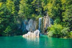 瀑布风景看法在普利特维采湖群国家公园,克罗地亚 图库摄影