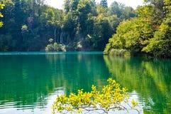 瀑布风景看法在普利特维采湖群国家公园,克罗地亚 免版税库存图片