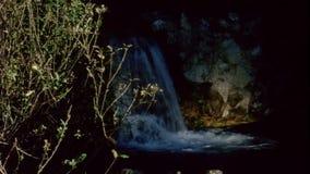 瀑布风景看法在森林里 股票视频