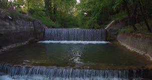 瀑布鸟瞰图在一条小河的森林边缘的  股票录像