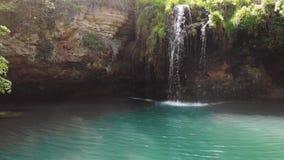 瀑布鸟瞰图在深森林蓝色盐水湖 最佳的地方 旅行游览概念,晴朗的夏日 假期,冒险 Byrby 股票录像