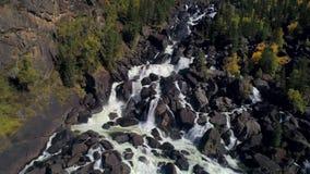 瀑布鸟瞰图,飞行在秋天森林,与大石头的瀑布 股票录像