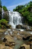 瀑布,乡下风景在一个村庄在展玉, Java,印度尼西亚 免版税库存图片