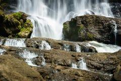 瀑布,乡下风景在一个村庄在展玉, Java,印度尼西亚 免版税库存照片