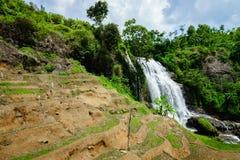 瀑布,乡下风景在一个村庄在展玉, Java,印度尼西亚 库存照片