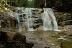 瀑布,在岩石的水 免版税库存照片