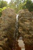 瀑布,小船喝纯净的水 库存照片