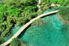 瀑布,湖和木走道,在Plitvice湖 免版税图库摄影