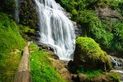 瀑布-乡下风景在一个村庄在展玉, Java,印度尼西亚 库存照片