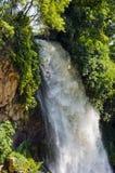瀑布 水滴在从壁架的河 免版税库存图片