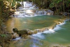 瀑布绿宝石在密集的密林 免版税库存图片