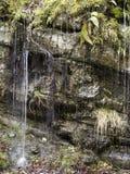 瀑布水山 库存照片