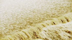 滔滔瀑布& spindrift赛跑、沙子&泥 影视素材