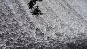 滔滔瀑布& spindrift从水坝 股票录像