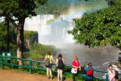 瀑布Cataratas del的伊瓜苏,巴西游人 免版税库存图片