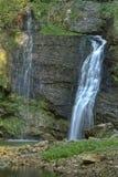 瀑布Fermona在森林里 免版税库存图片