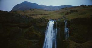 瀑布Gljufrabui的鸟瞰图在冰岛 在河附近的直升机飞行从山倒下 股票录像