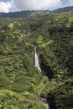 瀑布Manawaiopuna鸟瞰图在侏罗纪公园下跌,使用,考艾岛,夏威夷 免版税库存照片