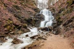 瀑布Shypit在喀尔巴阡山脉在Zakarpattia,乌克兰 库存图片