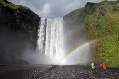 瀑布Skogafoss和彩虹在冰岛 免版税库存照片