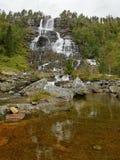 瀑布Tvindefossen 免版税图库摄影