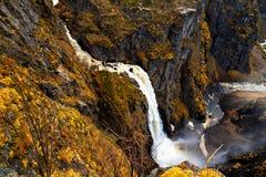 瀑布Voringfossen,迅速下落在水中 免版税图库摄影