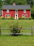灌木接近的房子红色上升了 库存照片