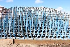 灌溉在彼此用管道输送,色的蓝色,堆积,蓝天 库存图片