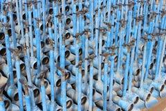 灌溉在彼此用管道输送,色的蓝色,堆积 库存照片