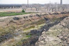 灌溉的干燥运河 免版税库存图片