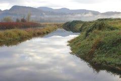 灌溉运河在冬天 免版税库存照片