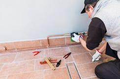 水滴灌溉系统 花匠设置在大阳台的一个电子浇灌的定时器 豪华铜微水滴灌溉 免版税库存照片