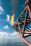 火光在近海处石油或气体平台的景气结构 免版税库存图片