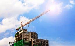 火光照明设备有起重机的建造场所在天空背景 免版税库存图片