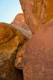 火刻在岩石上的文字谷 库存照片