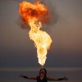 火呼吸的展示在晚上 图库摄影
