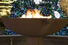 火和圣诞灯 免版税库存照片