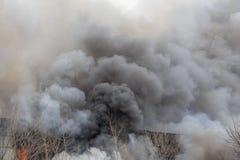 火和强的烟在烧工厂厂房,危险事故灾害以损伤从火 免版税库存照片