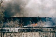 火和强的烟在烧工厂厂房,危险事故灾害以损伤从火 免版税库存图片