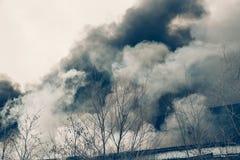 火和强的烟在烧工厂厂房,危险事故灾害 库存照片