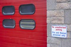 火和抢救人员在消防局的仅没有未批准的停车处 库存图片