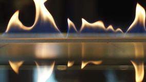 火在一家豪华旅馆的壁炉烧 股票录像