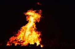 火在与人的晚上节日的 免版税图库摄影