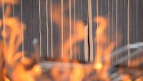 火在入口前面烧 股票视频