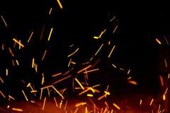 火在天空中发火花在伪造附近 免版税库存图片