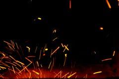 火在天空中发火花在伪造附近 库存照片