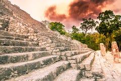 火在密林-尤加坦-墨西哥-古老玛雅人城市 免版税库存图片