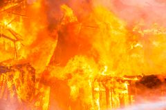 火在房子里 库存照片