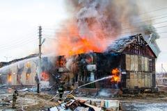 火在房子里 免版税库存图片